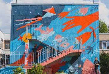 В рамках «Стенограффии» дети-сироты и УБРиР расписали стену в Екатеринбурге