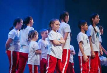 Юные участники социального проекта УБРиР станцевали на большой сцене
